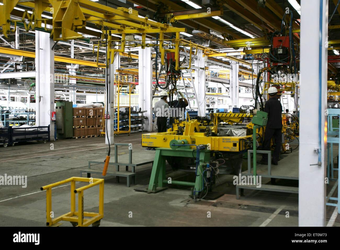 Los expertos que trabajan en el taller de automóviles ; Tata Motors planta cerca de Pune Pimpri ; ; ; Maharashtra Imagen De Stock