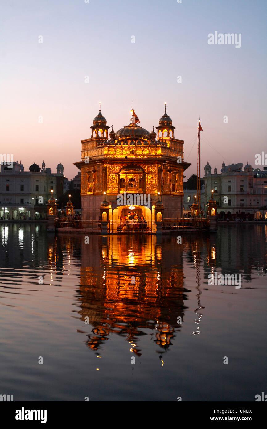 Resplandor de Harmandir Sahib o Darbar Sahib o Templo de Oro en Amritsar, en el lago de reflexión ; ; Punjab Imagen De Stock