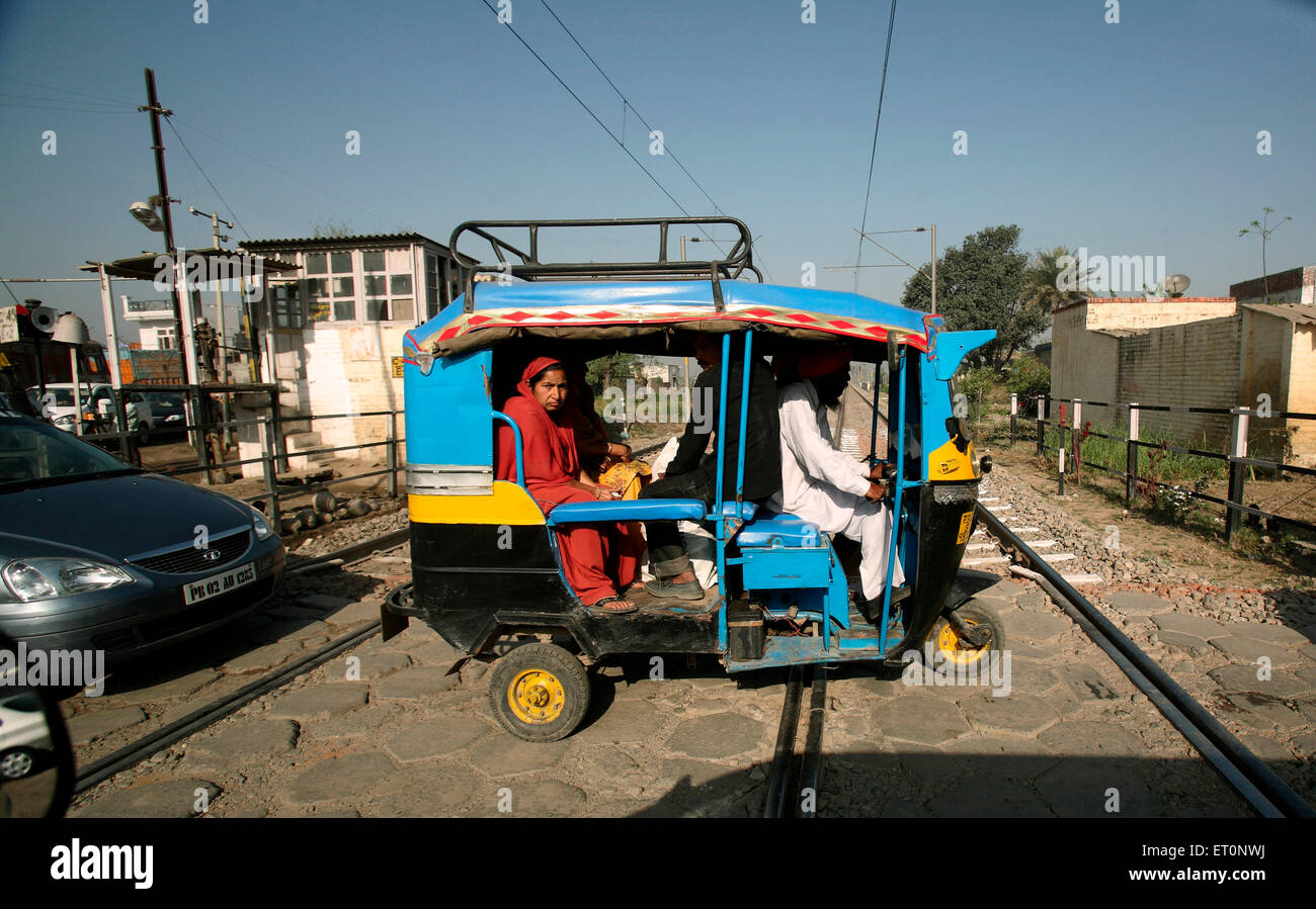 Los vehículos que pasaban por el cruce del ferrocarril en el Punjab ; India Imagen De Stock