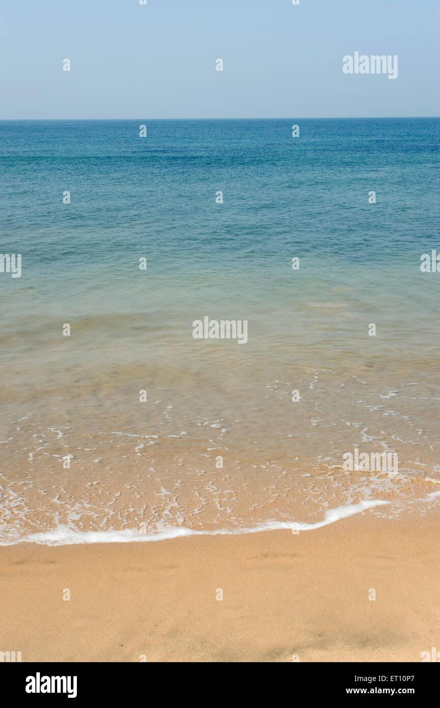 La arena y el agua azul del mar Arábigo en anjuna playa Goa ; ; India Imagen De Stock
