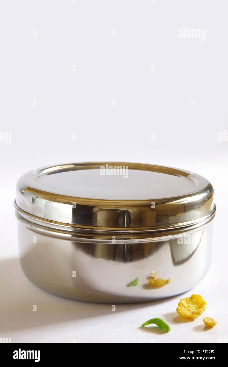 Caja de acero y contenedores Chiwda ; ; ; mezcla sabrosa merienda India Imagen De Stock