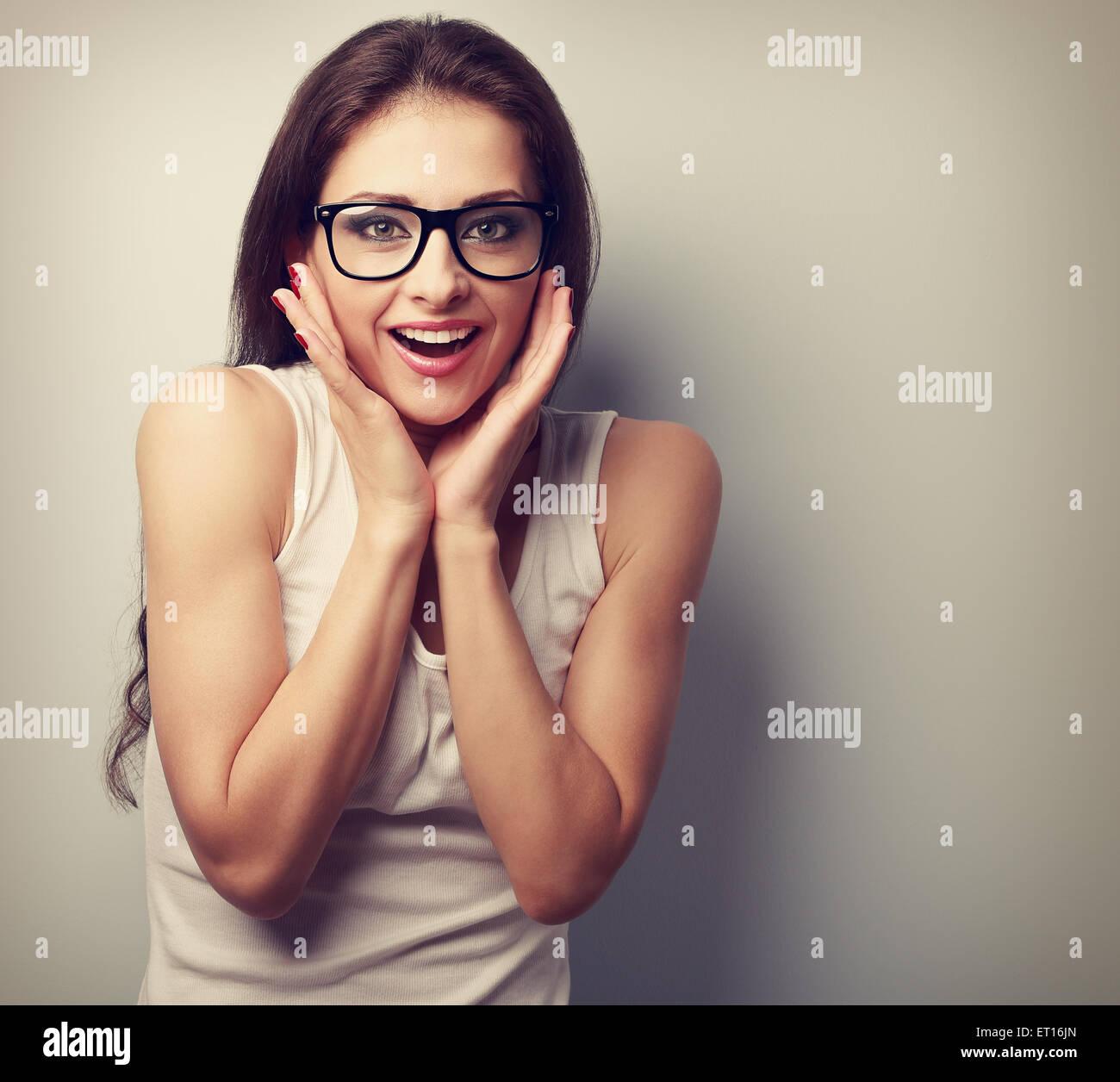Emocionada sorprendente divertido joven con gafas. Vintage closeup retrato con copia vacía el espacio Imagen De Stock