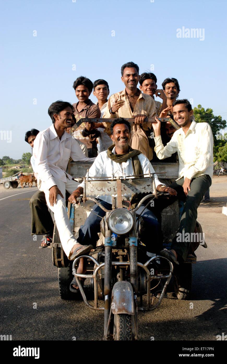Hombres que viajaban en el vehículo ; ; ; Amreli Gujarat India Sr.#364 Imagen De Stock