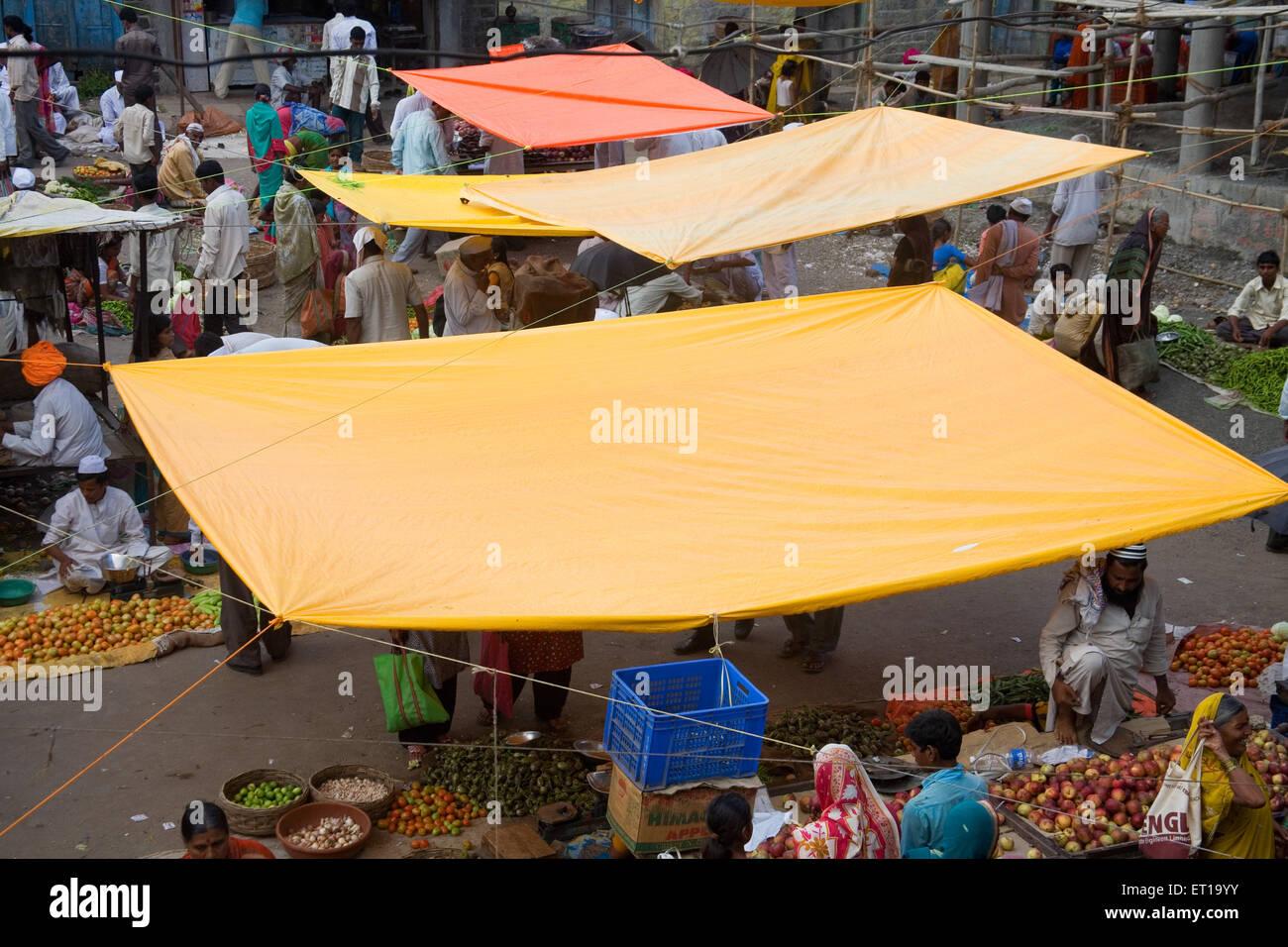 Lámina de plástico de protección para lluvia en mercado Nandur ; ; ; ; Marathwada Maharashtra India Imagen De Stock