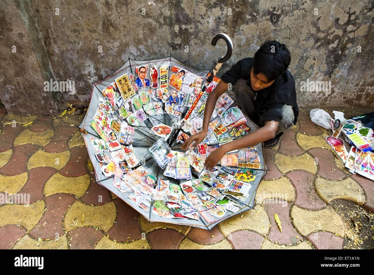 Uso innovador de paraguas para mostrar y vender pegatinas de colores Bombay Mumbai, Maharashtra, India Imagen De Stock