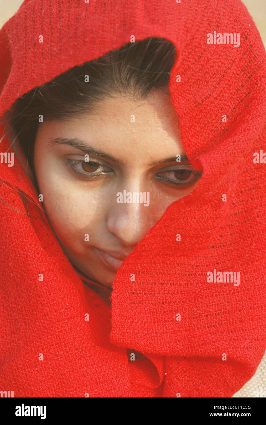 Chica con pañuelo rojo ; ; ; Rajasthan India Jaisalmer MR#704 Imagen De Stock