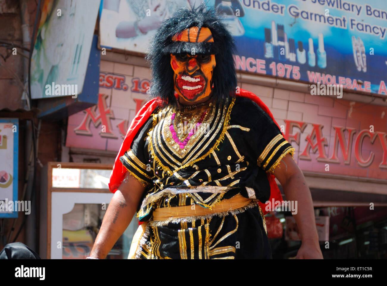 El hombre como demonio trajes en Mahaveer Jayanti procesión Jodhpur ; ; ; Rajasthan India No, señor Imagen De Stock