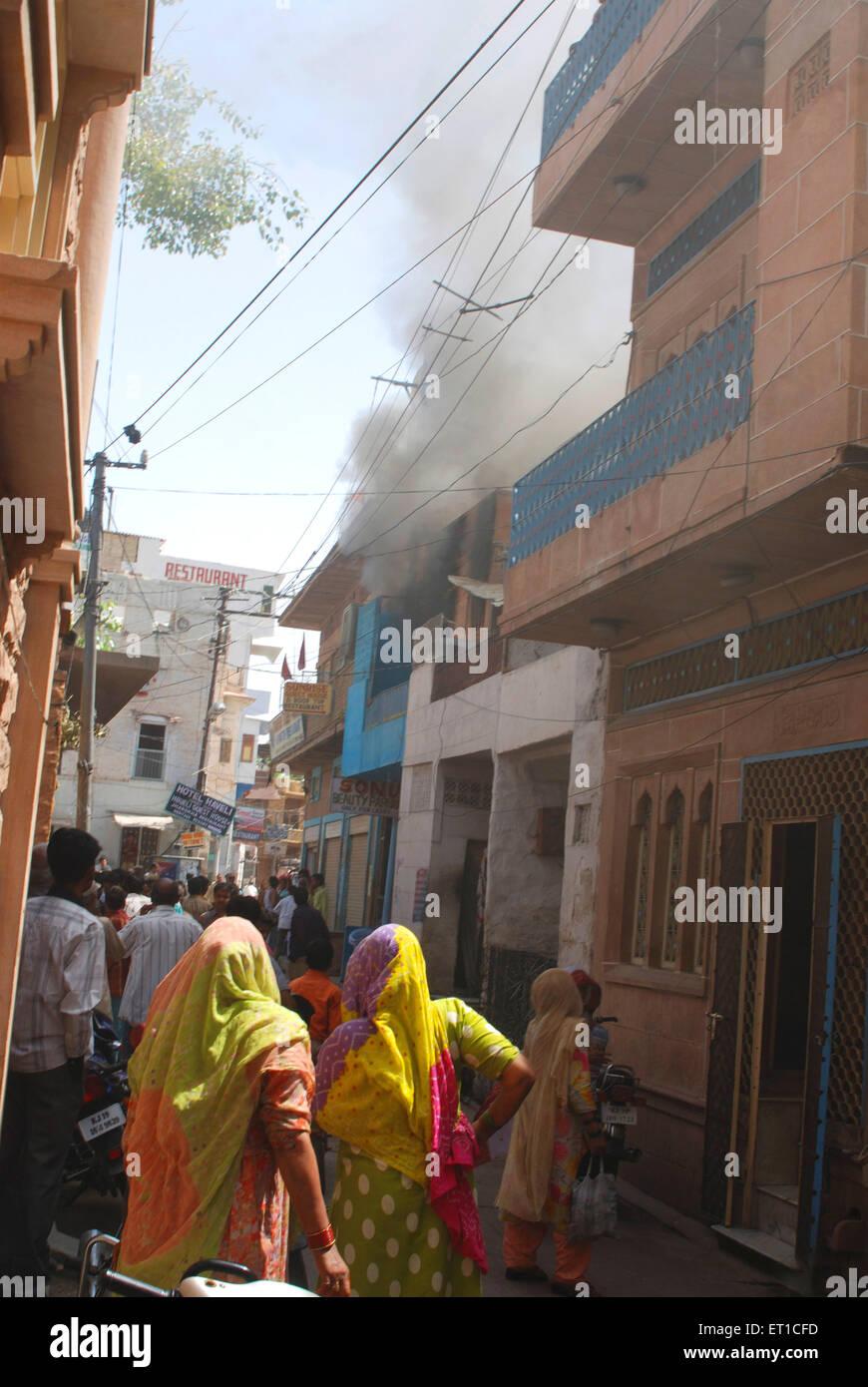 Observar a la gente víctima del fuego de casa en lane ; ; ; Rajasthan Jodhpur India Imagen De Stock