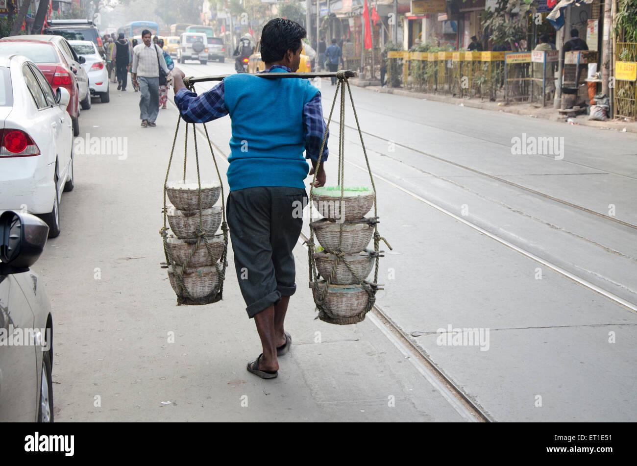 Hombre llevando comida material en Kaavad Kolkata Bengala Occidental, India Asia Imagen De Stock