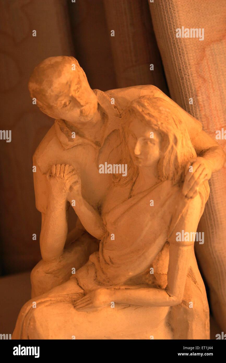 Sunbeam en la estatua de la pareja en pose romántica esculpido con el yeso de París ; ; ; Maharashtra India Pune Foto de stock