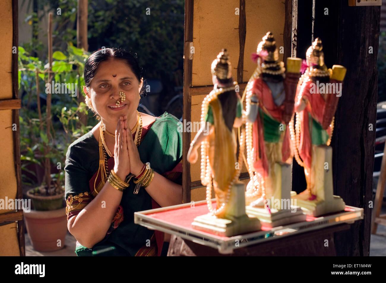 Mujer Maharashtrian orando con se unió a palm delante de dios hindú Pune, Maharashtra, India Asia MR686CC Imagen De Stock