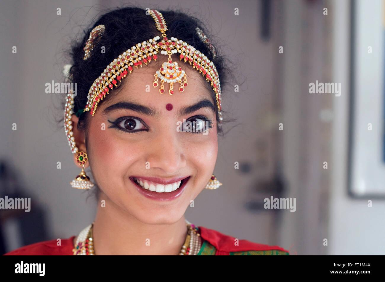 Chica Gujrathi vistiendo el traje tradicional y joyas de Bharatnatyam Pune, Maharashtra, India Asia MR 191 Imagen De Stock