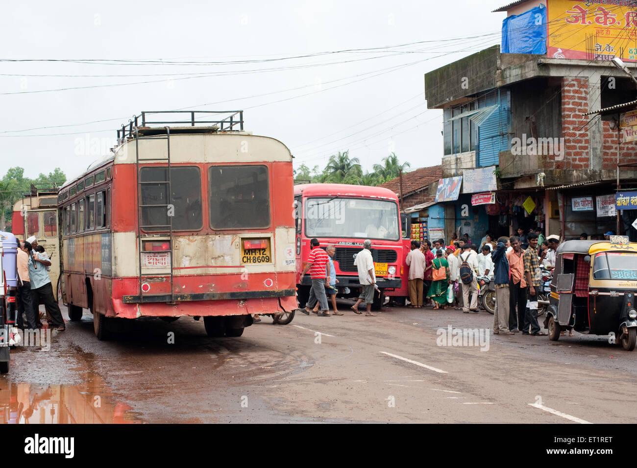 Los autobuses de transporte estatal en el stand ; Tali Ratnagiri ; ; ; Maharashtra India Imagen De Stock