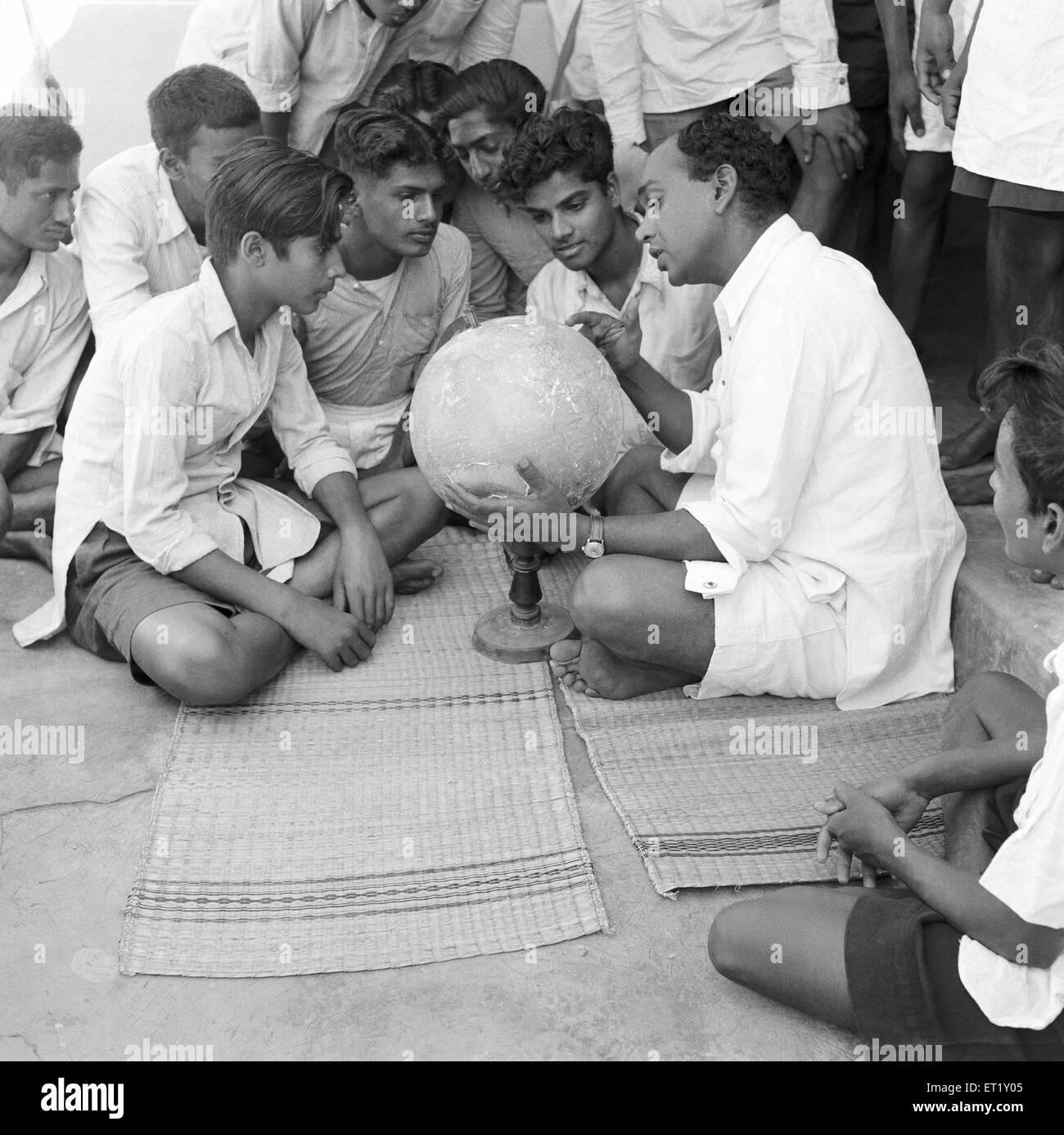 Clase de geografía ; VIDYAPITH es la formación de la juventud rural para vivir ; Nanjangud progresiva Imagen De Stock