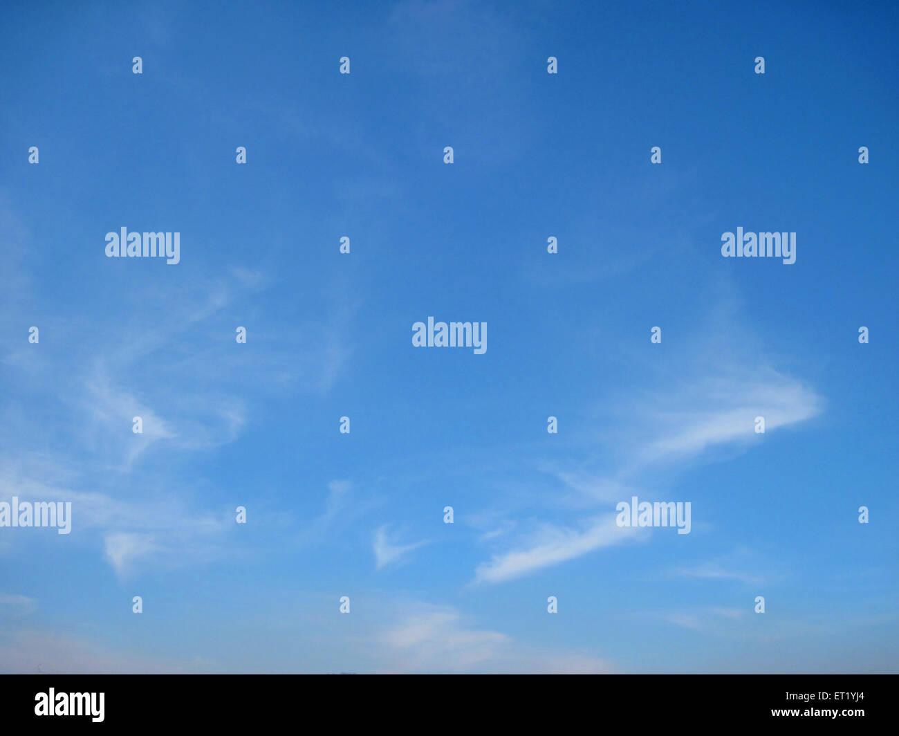 Nube en el cielo azul Imagen De Stock