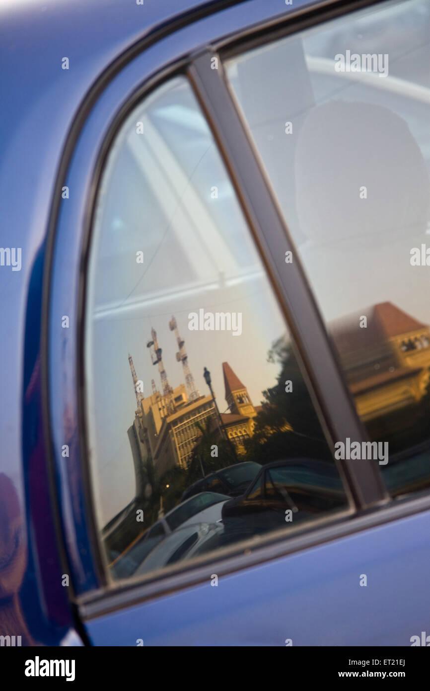 Oficina de Telégrafos central la reflexión sobre el vidrio de la ventana de coche ; ; ; Maharashtra Bombay Imagen De Stock
