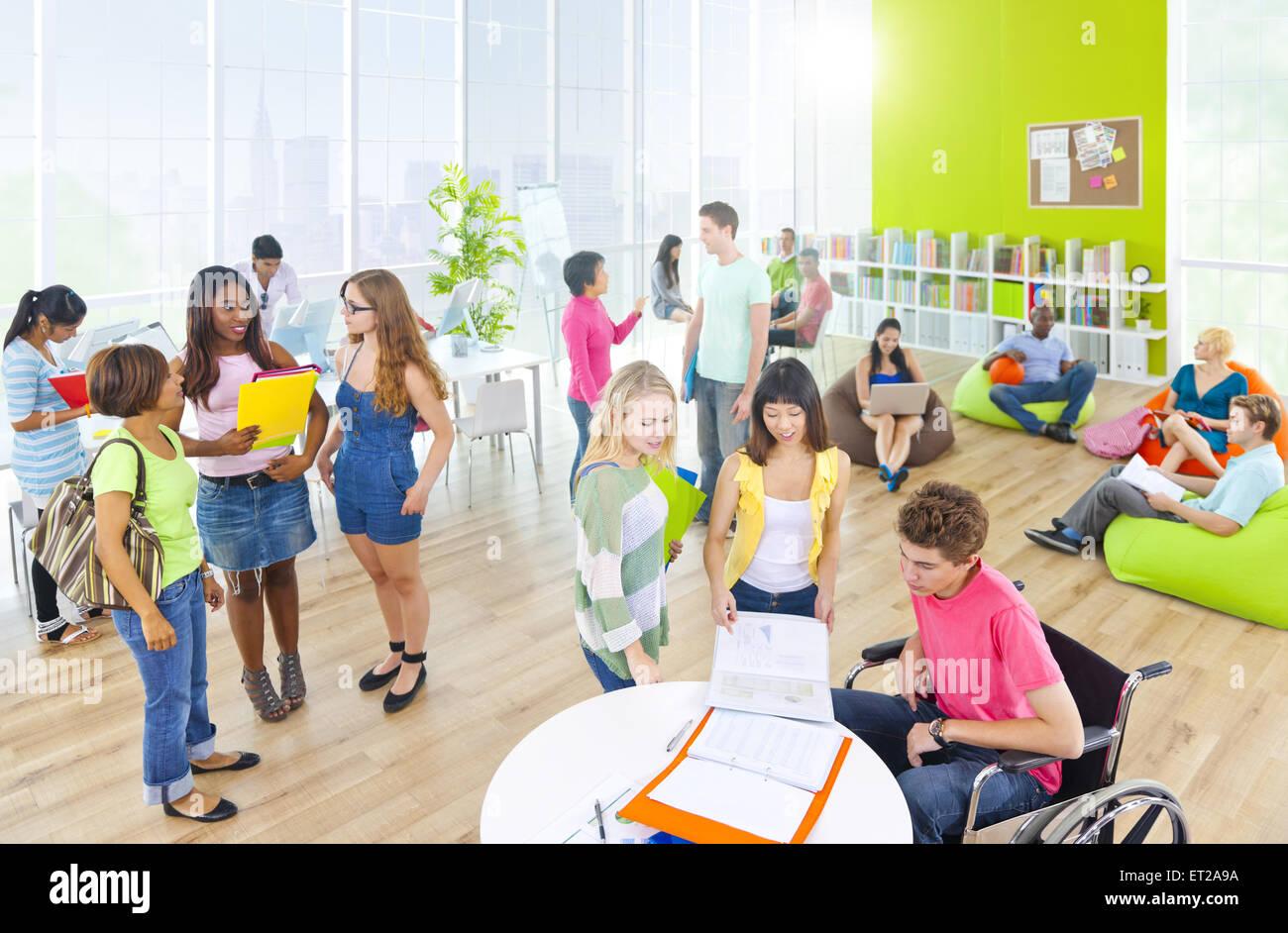 Grupo de Estudiantes en la Universidad Foto de stock