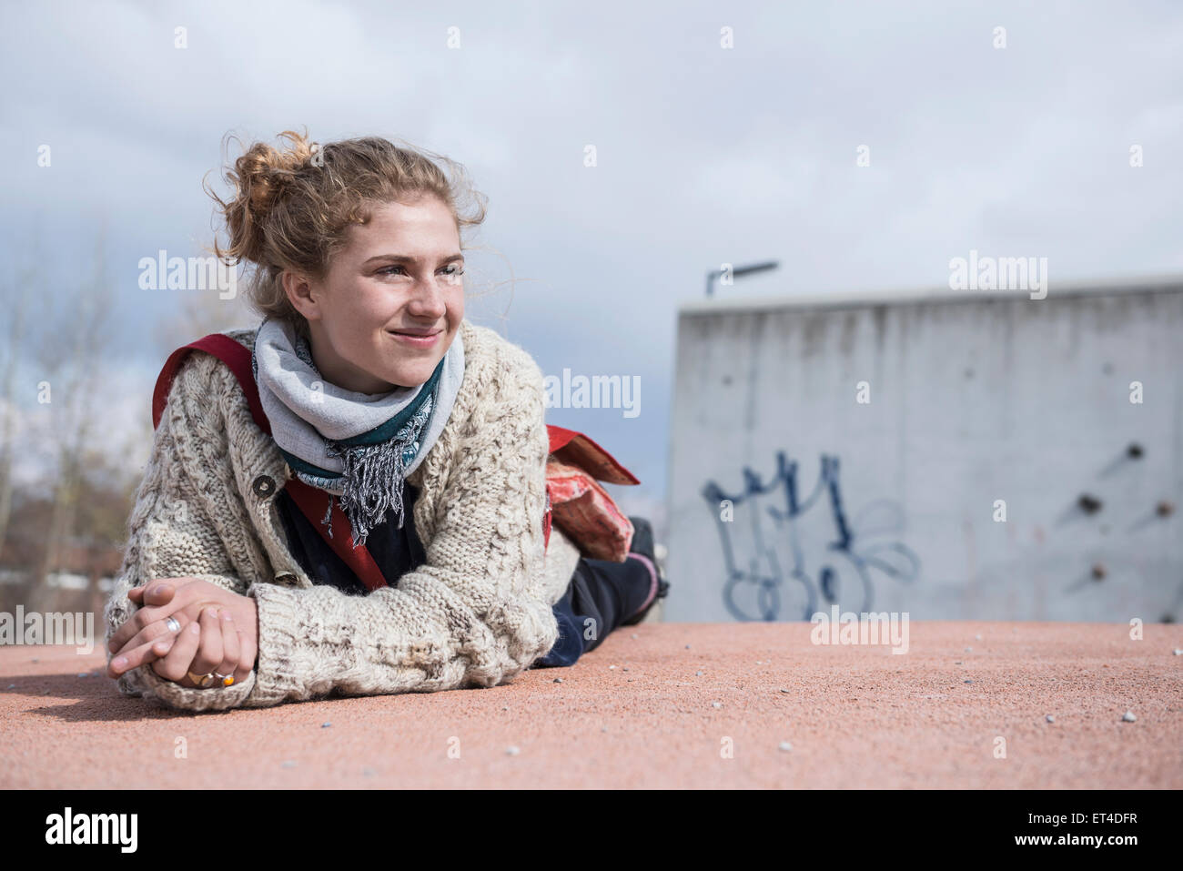 Retrato de un joven tumbado en la rotonda y sonriente Baviera Munich Alemania Foto de stock