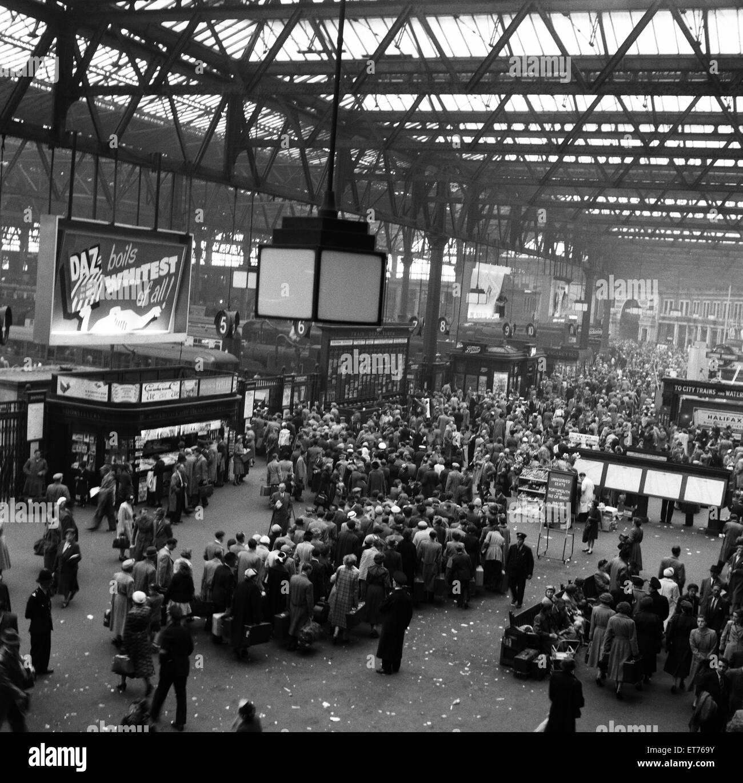 Los veraneantes dejando la estación Waterloo de Londres. De julio de 1954. Imagen De Stock