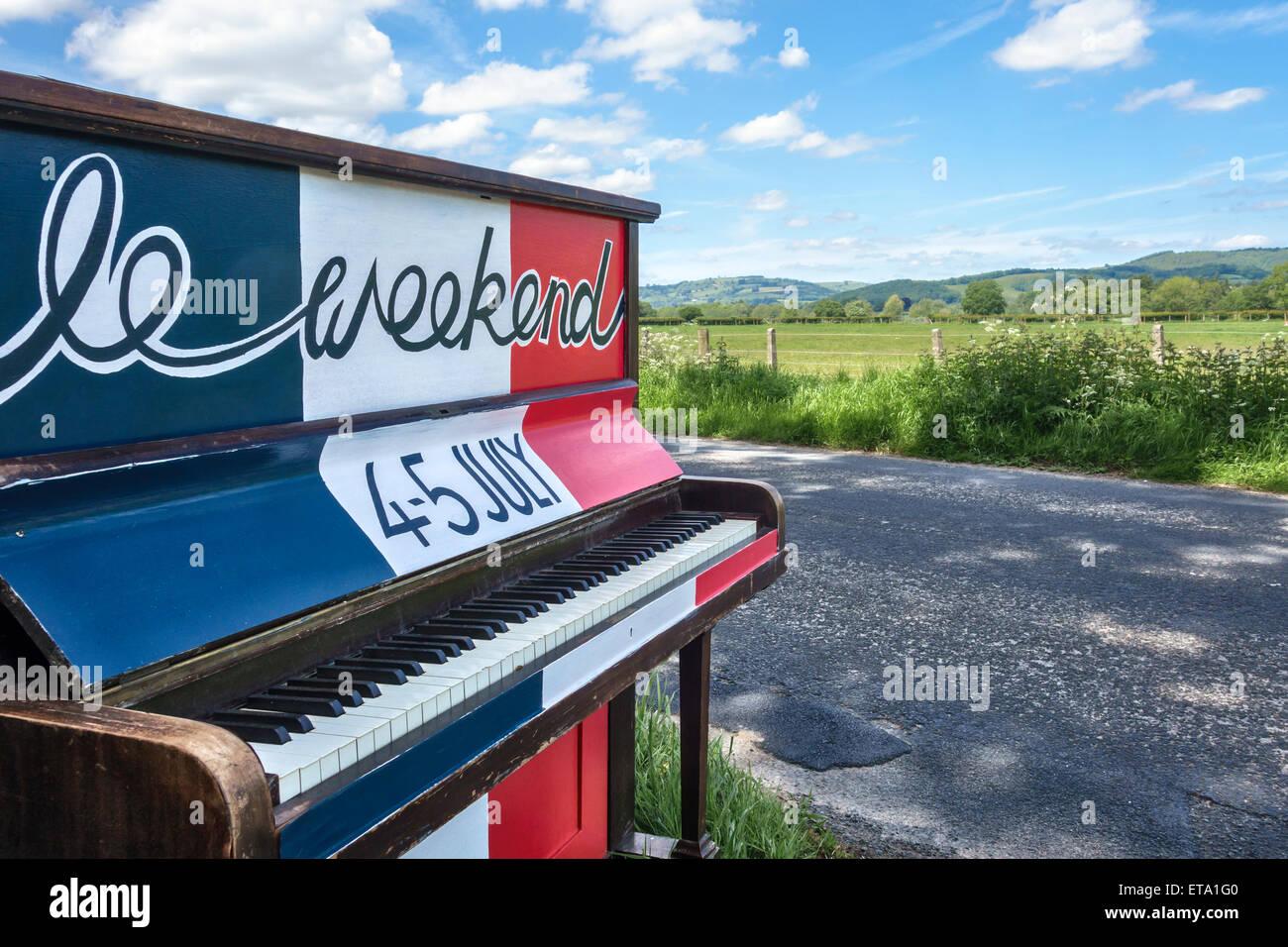 Un piano pintado publicidad el 2015 Full Circle music festival de Presteigne, Powys, Reino Unido Imagen De Stock
