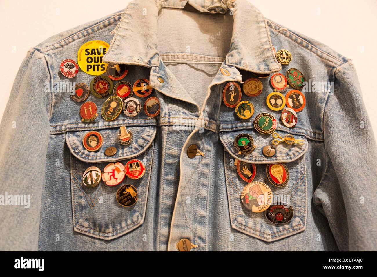 Londres, Reino Unido. 8 de junio de 2015. Foto: un par de pantalones vaqueros chaqueta con memorabilia insignias. Imagen De Stock