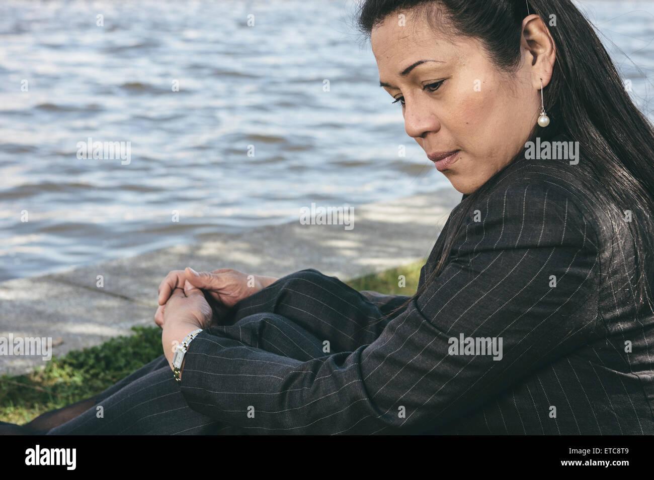 Retrato de una mujer transexual en pose pensativa Foto de stock