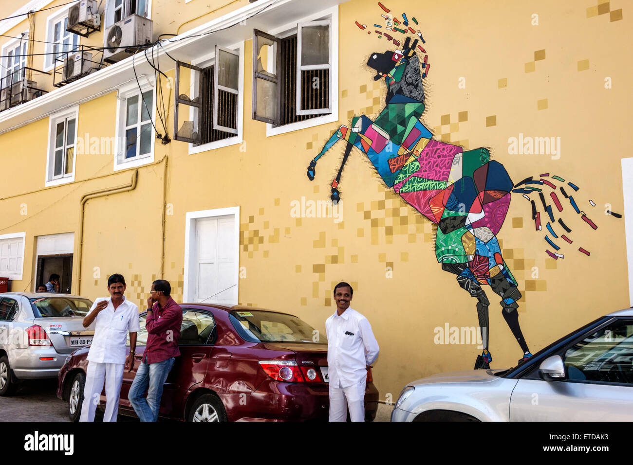 Asia India India Mumbai Mumbai Fort Kala Ghoda mural arte caballo figura hombre Imagen De Stock
