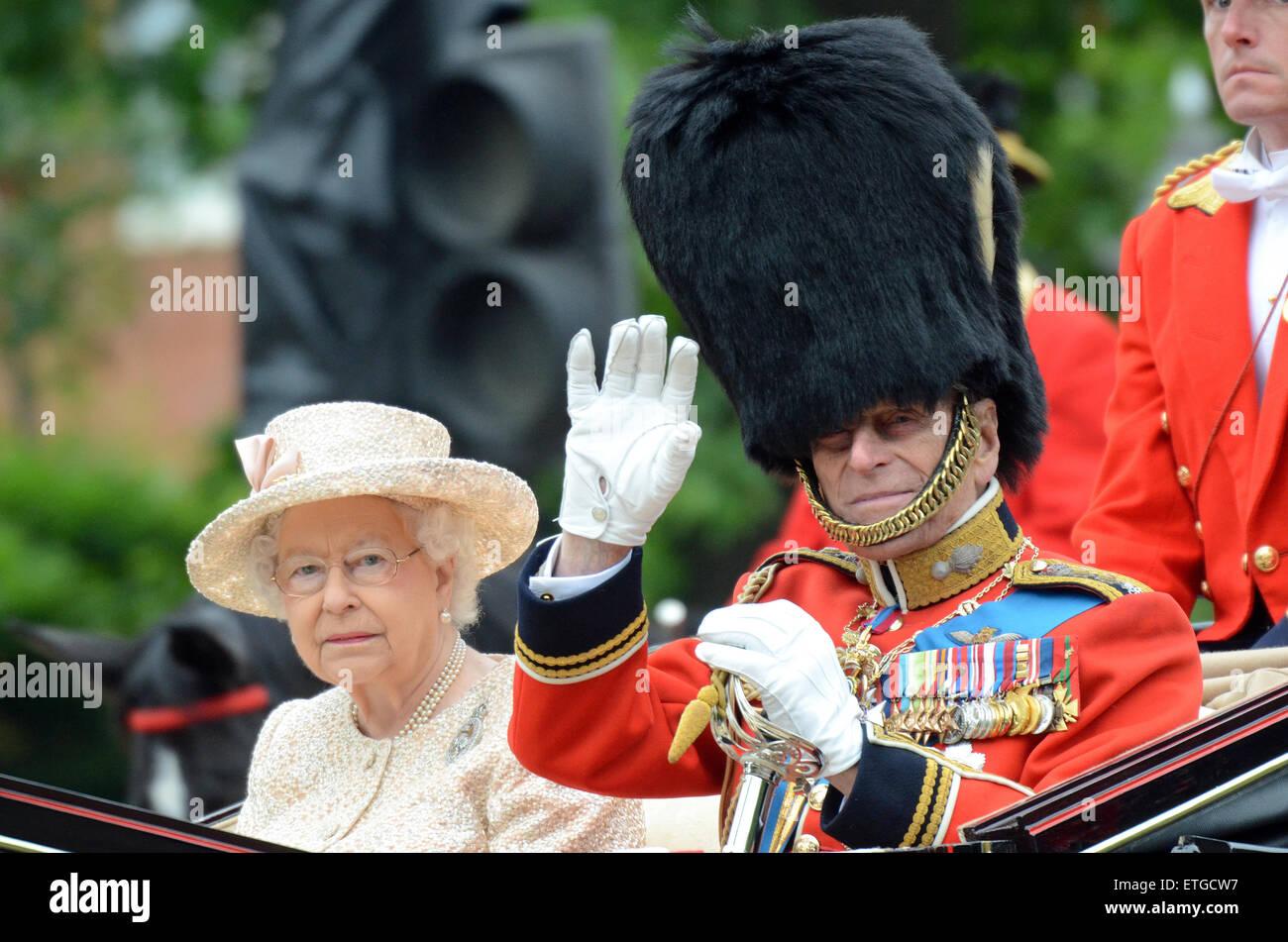 La Reina y el príncipe Felipe. Trooping del color en el Mall. Londres. Duque de Edimburgo en uniforme con medallas. Imagen De Stock