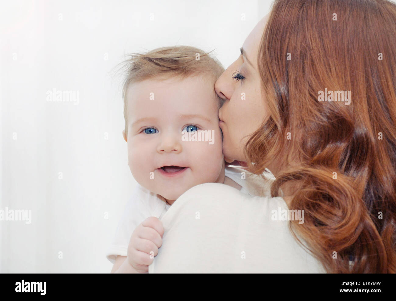 La madre y su bebé recién nacido, concepto de maternidad, suave imagen de hermosa familia Foto de stock