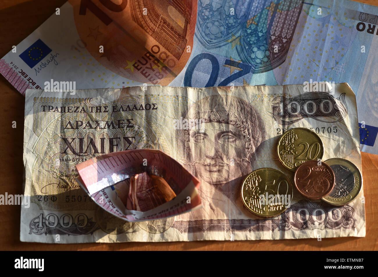 Berlín, Alemania. El 14 de junio de 2015. Ilustración - Las monedas de Euro, euro 1000 cuentas y un dracma griego bill son vistos en Berlín, Alemania, el 14 de junio de 2015. Foto: Jens Kalaene/dpa/Alamy Live News Foto de stock
