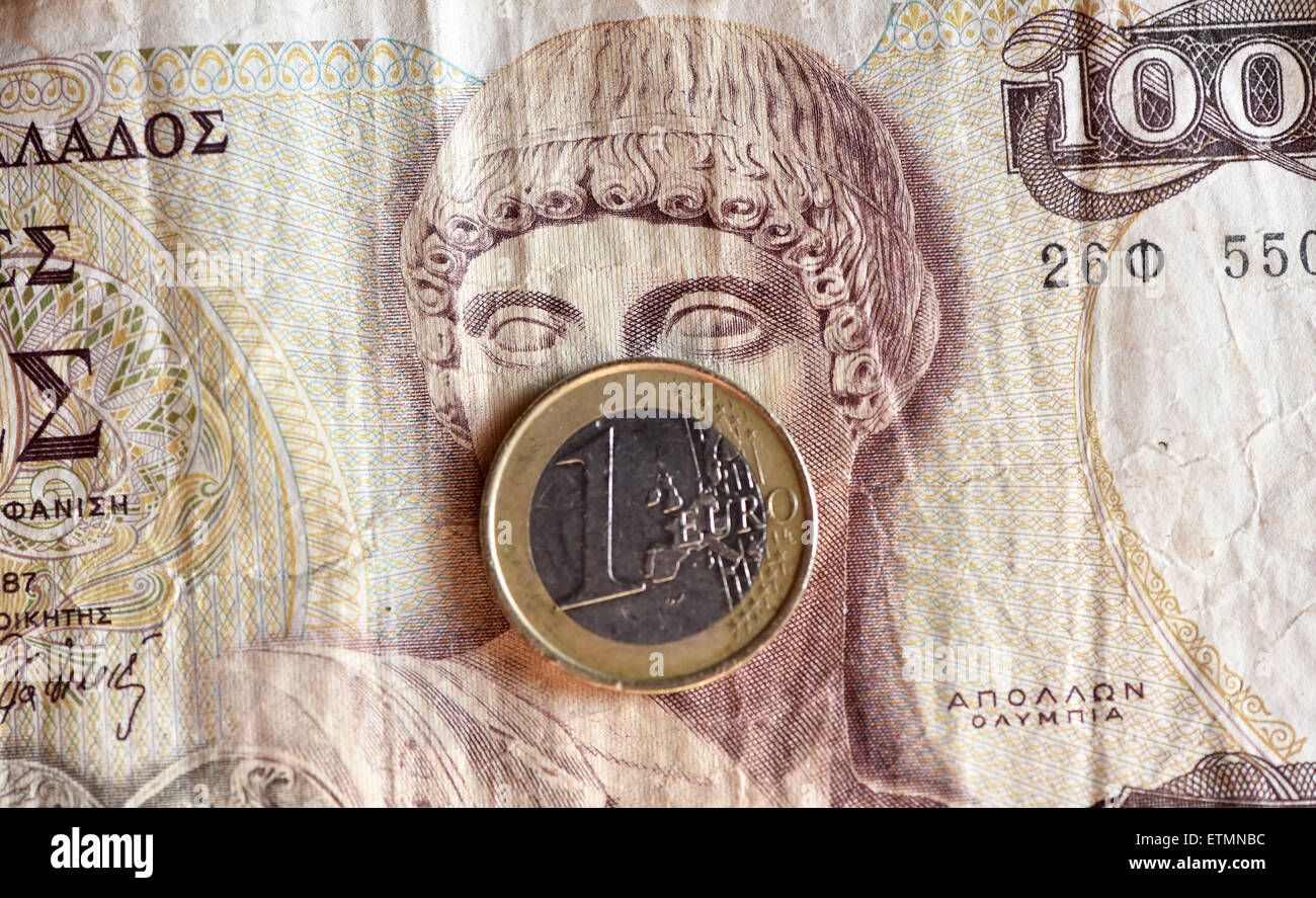 Berlín, Alemania. El 14 de junio de 2015. Ilustración - una moneda euro cubre el rostro del dios griego Apolo en 1000 dracma griego bill en Berlín, Alemania, el 14 de junio de 2015. Foto: Jens Kalaene/dpa/Alamy Live News Foto de stock