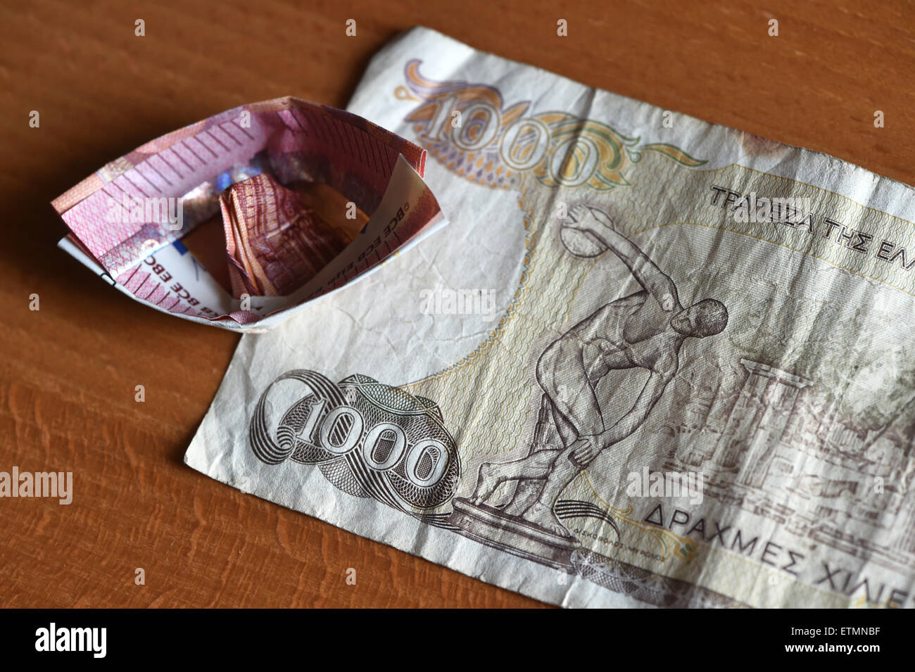 Berlín, Alemania. El 14 de junio de 2015. Ilustración - A 10 euros el proyecto de ley que ha sido doblada en un barco yace sobre un dracma griego 1000 Bill en Berlín, Alemania, el 14 de junio de 2015. Foto: Jens Kalaene/dpa/Alamy Live News Foto de stock