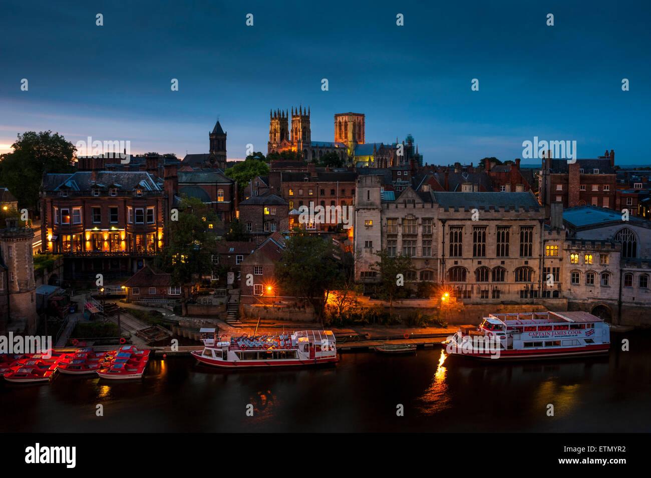 York Minster y el río Ouse, York, Reino Unido, al atardecer. Imagen De Stock