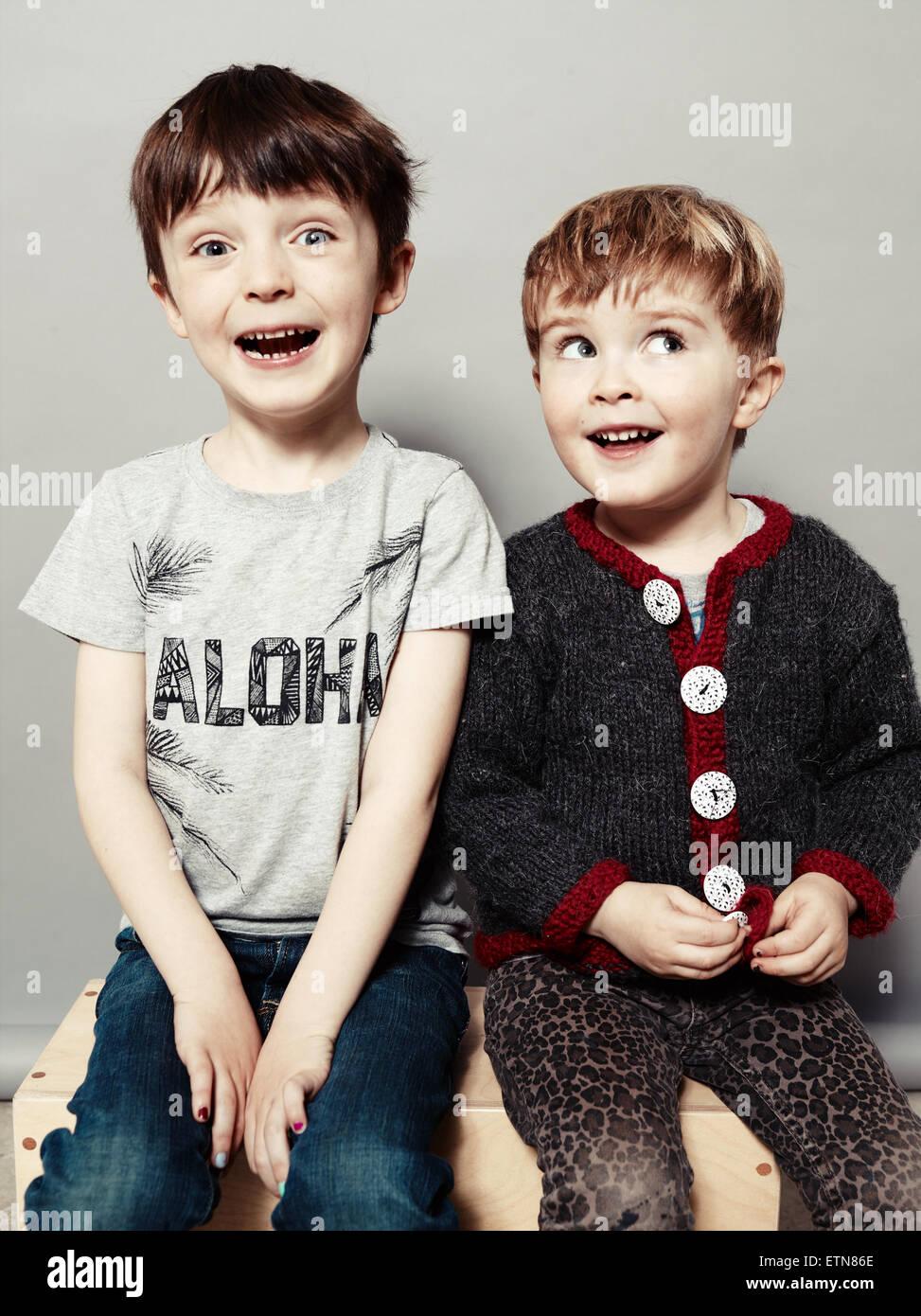 Retrato de dos muchachos feliz ser tonto Foto de stock