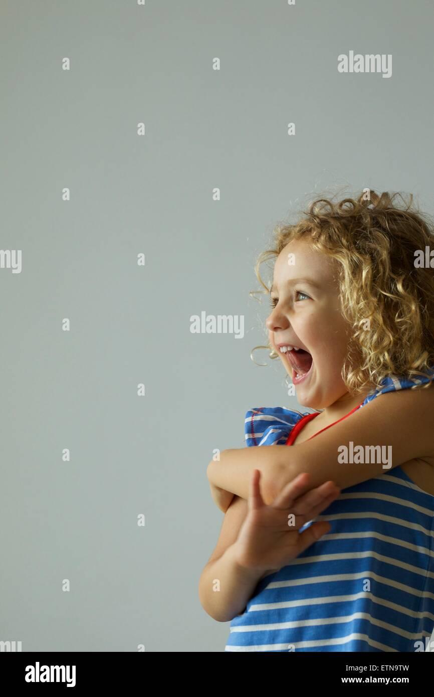 Retrato de una niña alegre riendo Imagen De Stock
