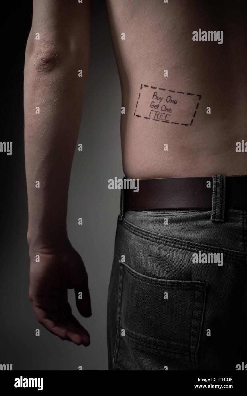 Hombre con una compre uno y reciba gratis un tatuaje en la espalda Imagen De Stock
