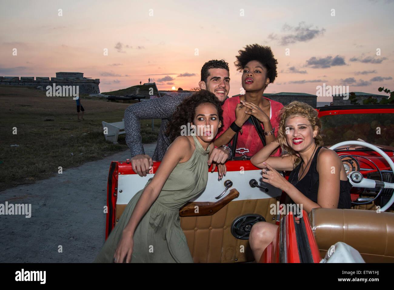 Cuatro jóvenes compras Foto de stock