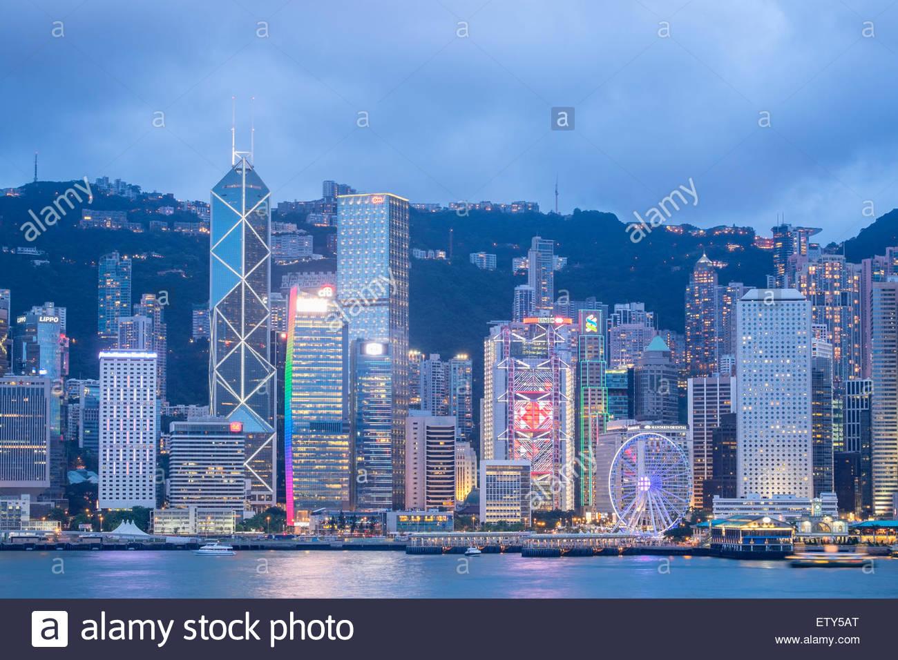 Anochecer horizonte de rascacielos en Hong Kong desde Kowloon en un día claro Imagen De Stock