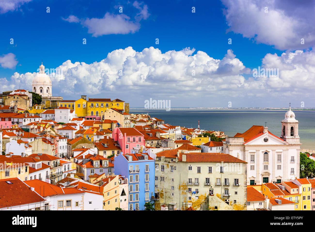 Lisboa, Portugal paisaje urbano en el barrio de la Alfama. Imagen De Stock
