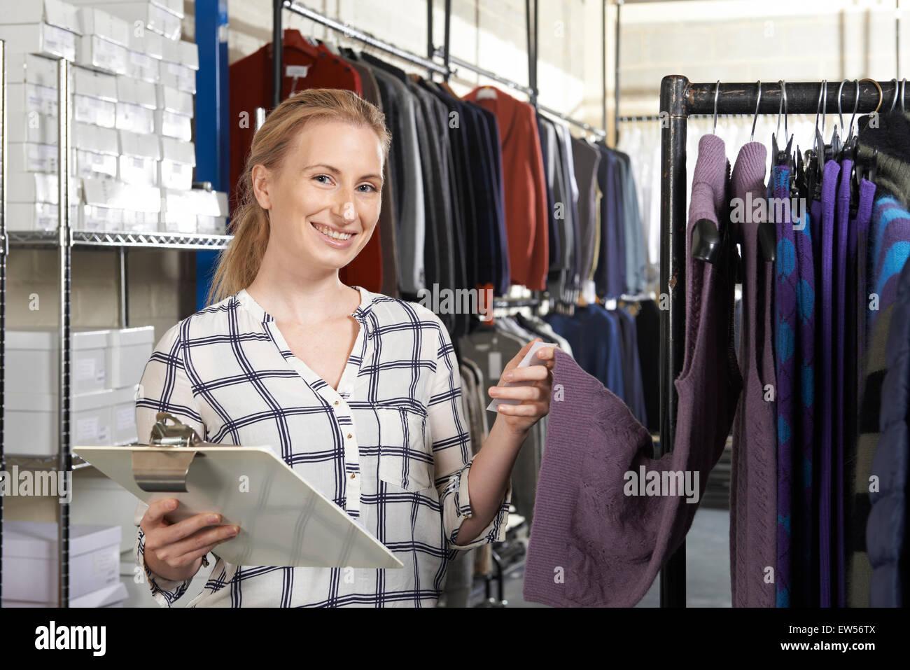 La empresaria se ejecuta en la línea de negocio de la moda Imagen De Stock