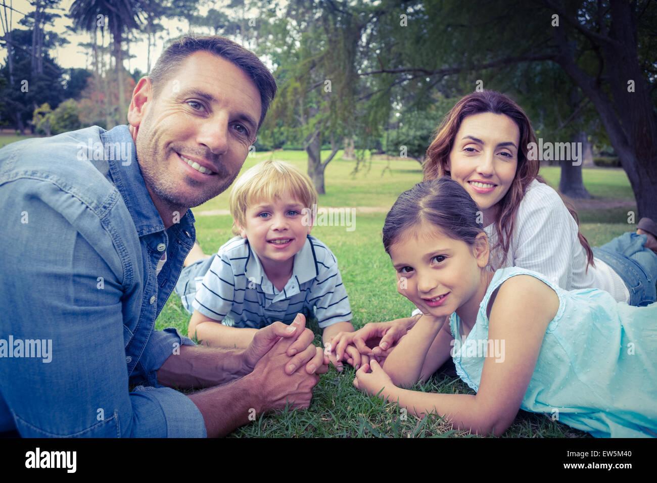 Familia Feliz en el parque acostado juntos Imagen De Stock