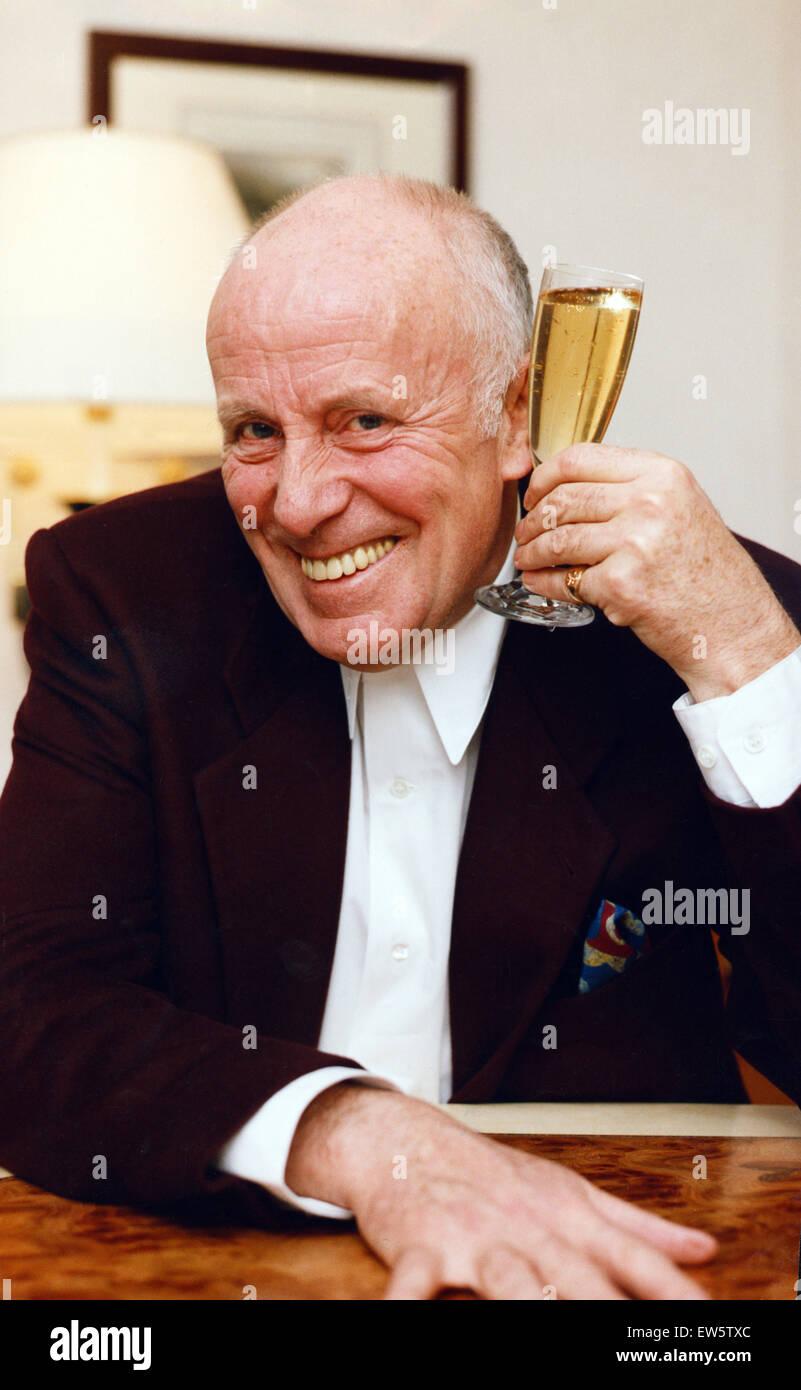 Actor Richard Wilson tostadas el rotundo éxito de 1992. El 29 de diciembre de 1992. Imagen De Stock