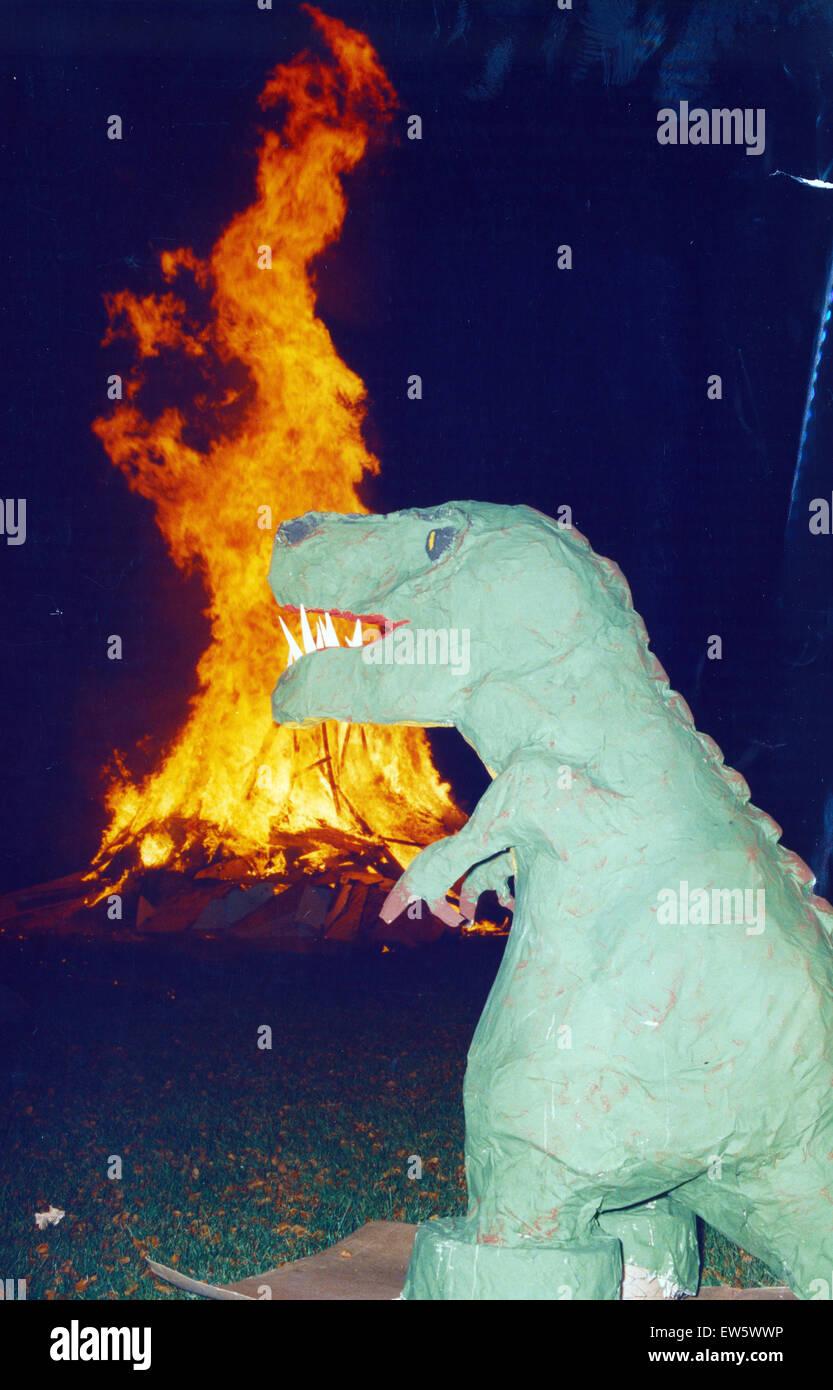 Jurassic Themed fogata noche de Fuegos artificiales y fiesta, Platt Fields Park, Rusholme, Manchester, el 6 de noviembre Imagen De Stock