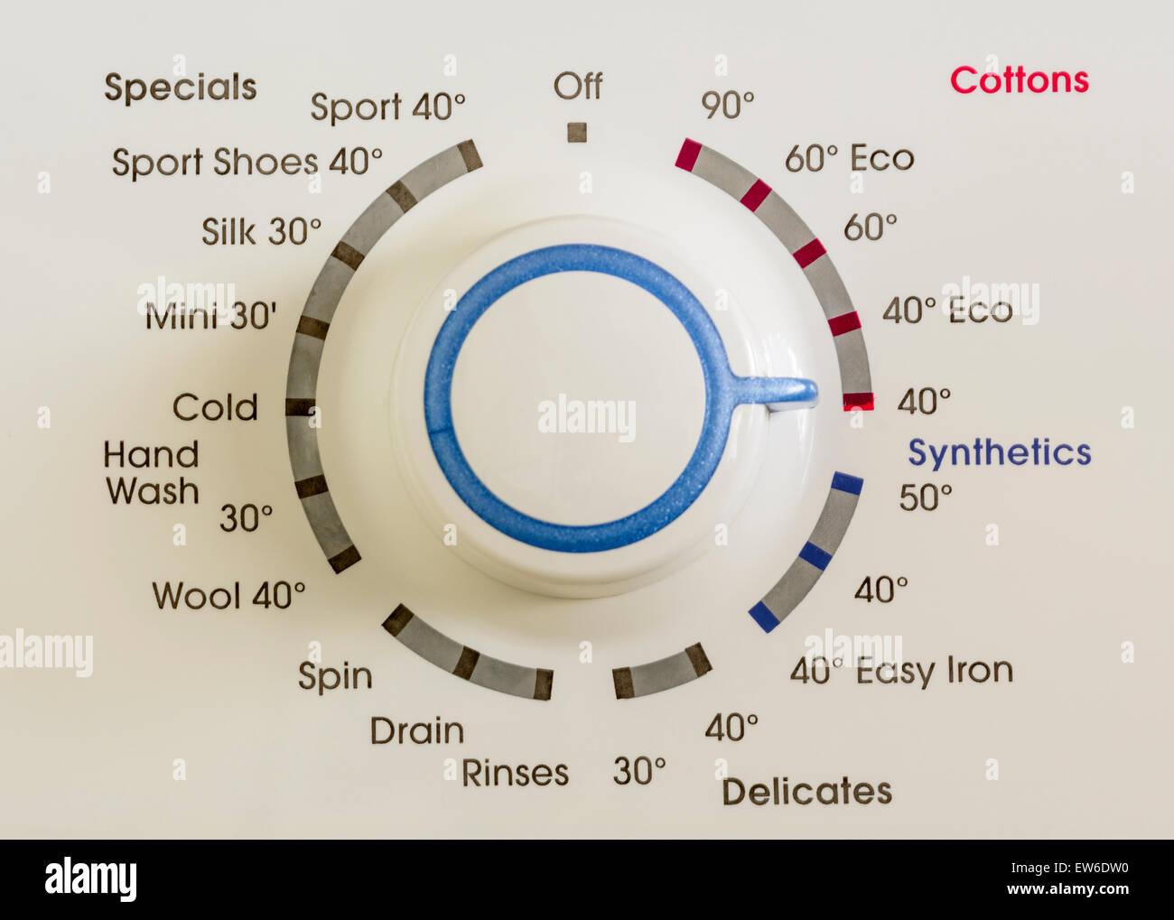 La elección del programa dial de control en una lavadora. Imagen De Stock