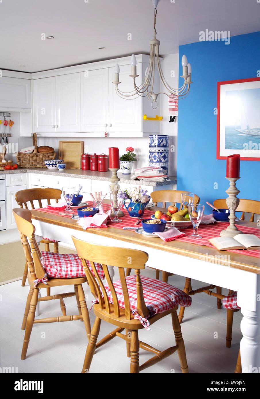 Comprobar rojo cojines sillas de madera pintadas en azul en