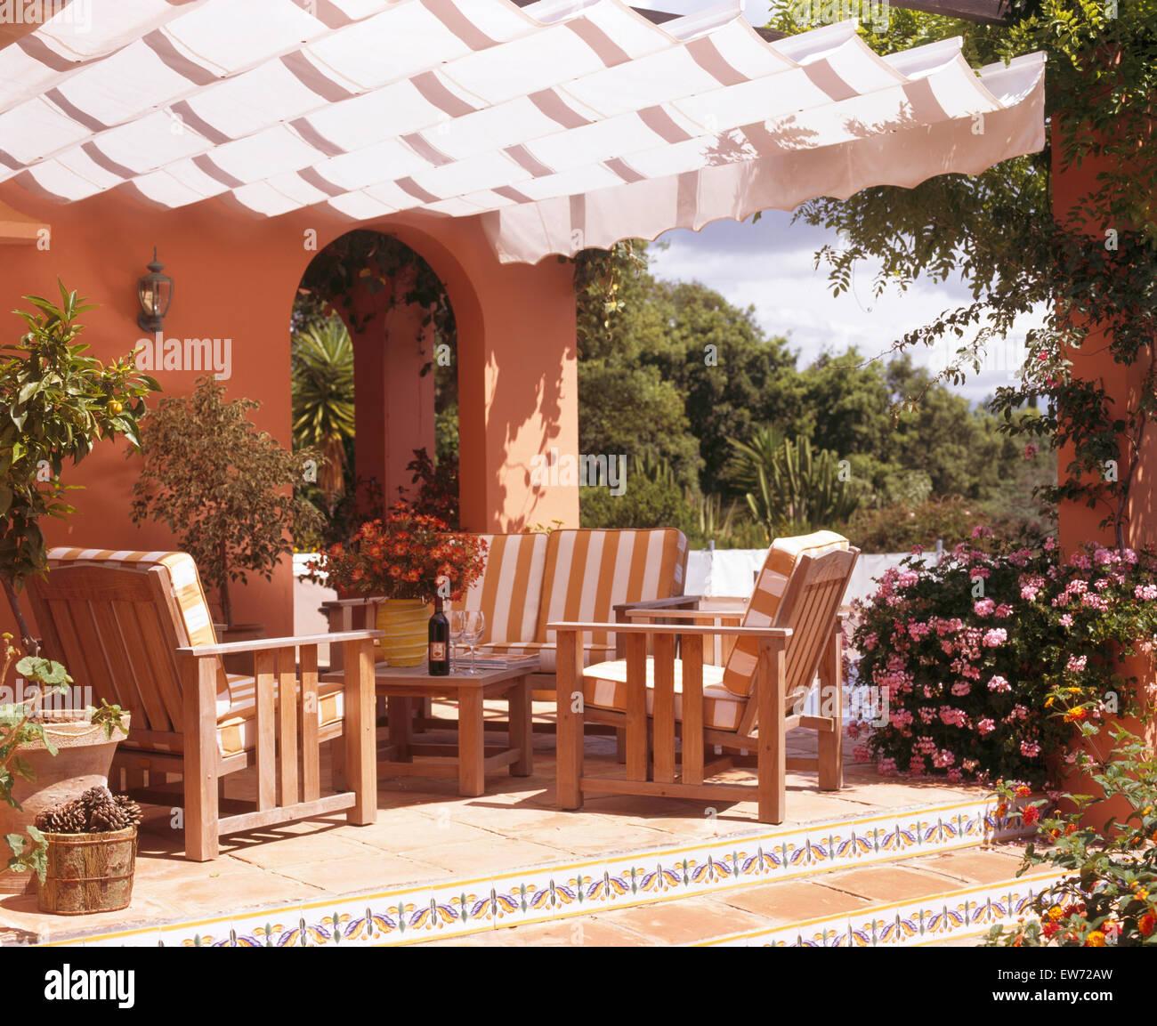 Villa Española Con Toldo Blanco Encima De Terraza Con