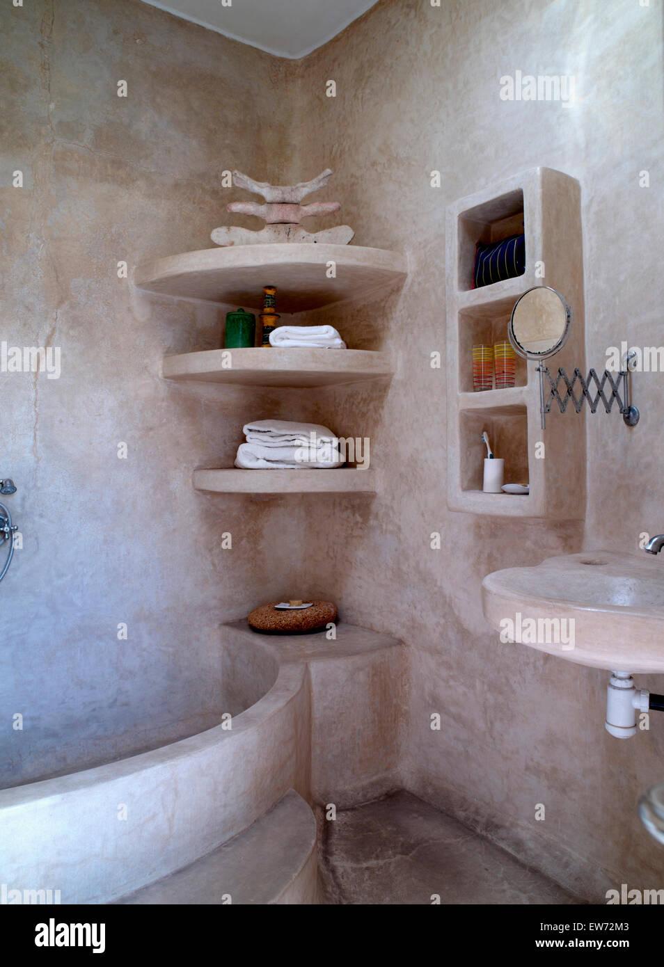Las paredes de piedra y estanterías en el pequeño cuarto de ...