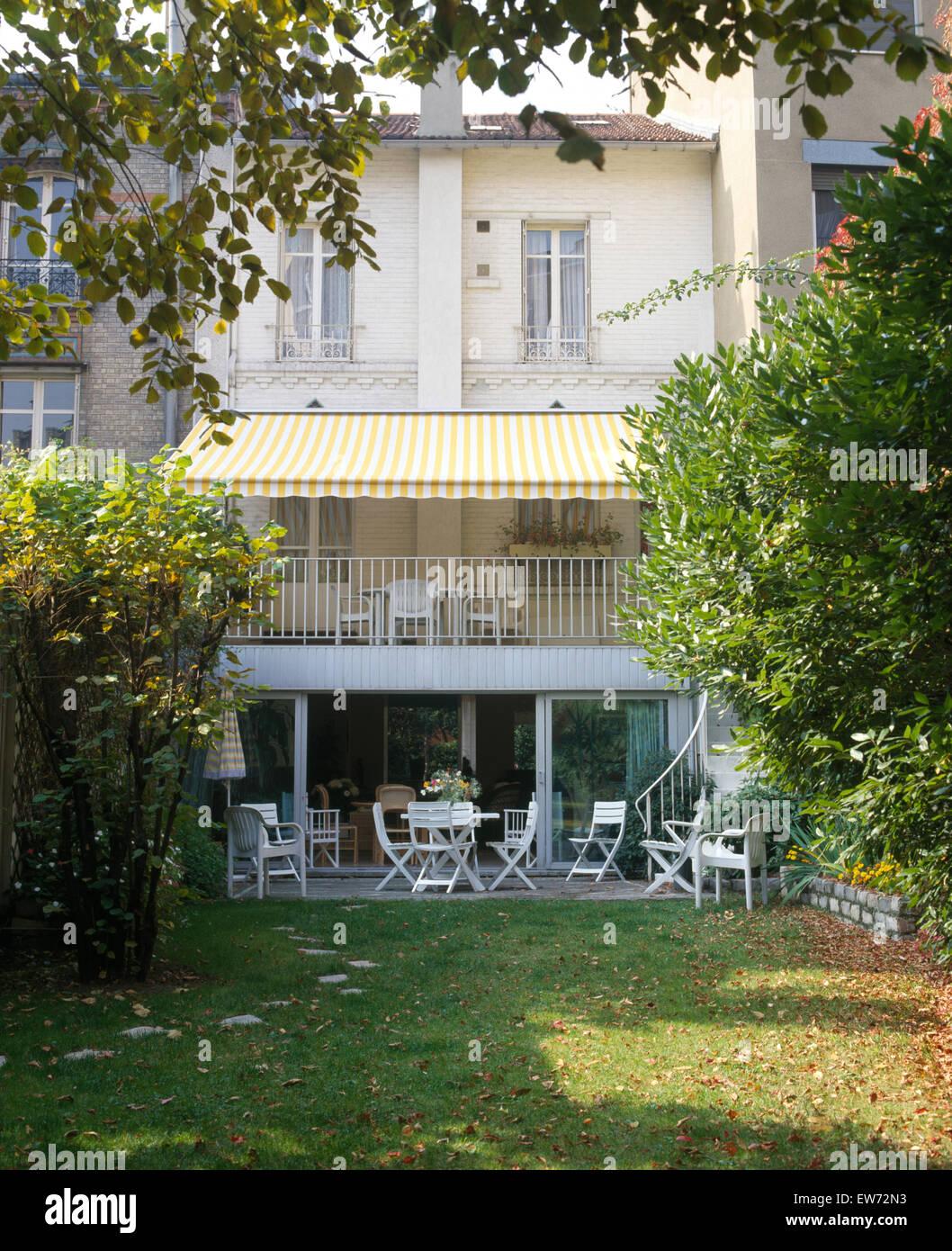 El Exterior Del Francés Elegante Casa Adosada Con Un Toldo
