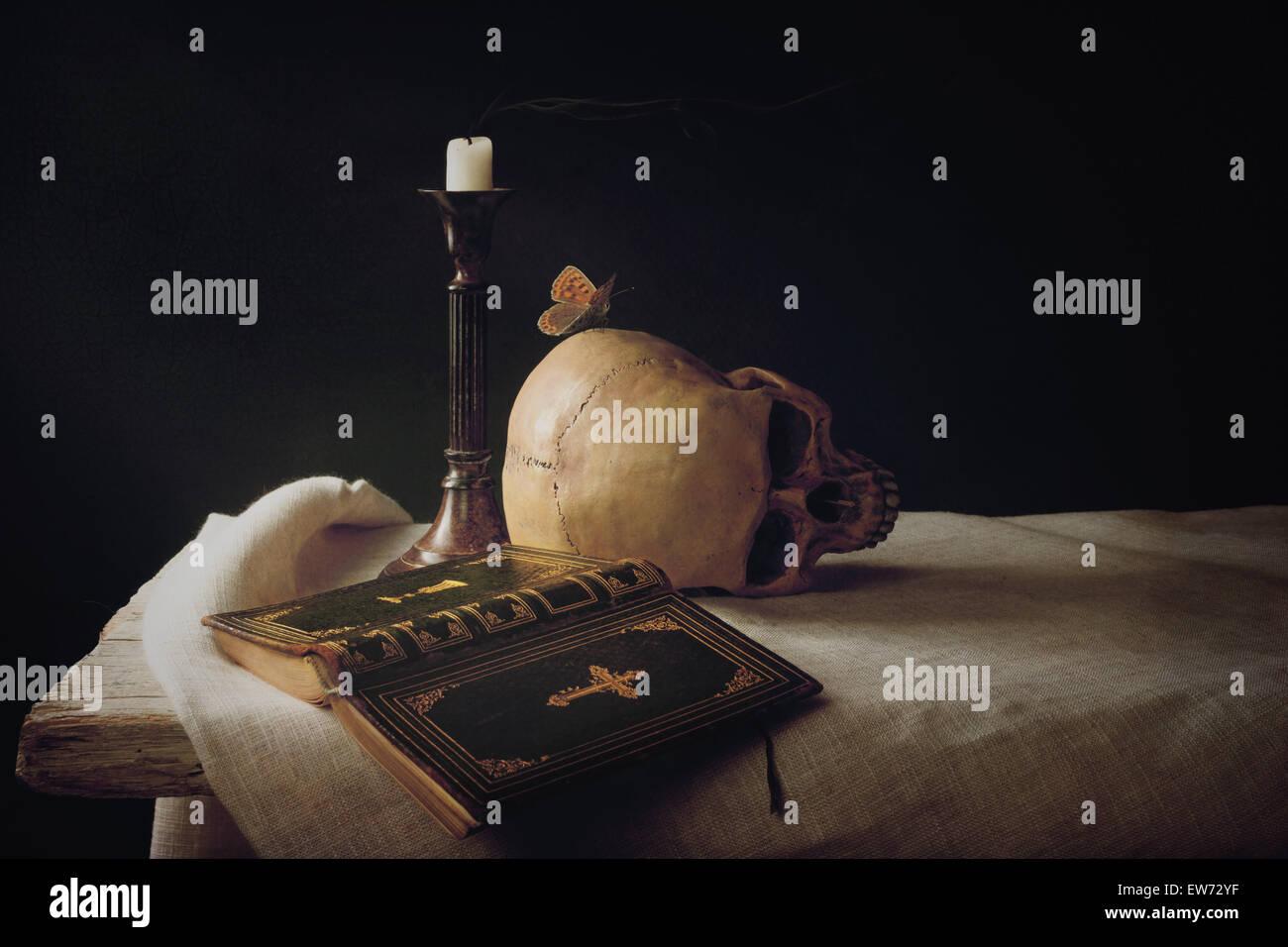 Vanitas; Biblia, cráneo, Velas como símbolo de vida, muerte y resurrección Foto de stock