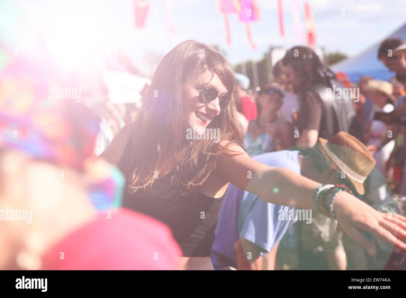 Chica bailando en el festival de música de verano Imagen De Stock